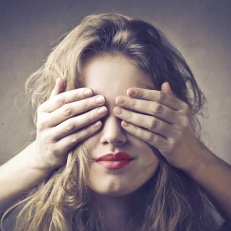 Mädchen Wird Mit Verbundenen Augen Gefickt